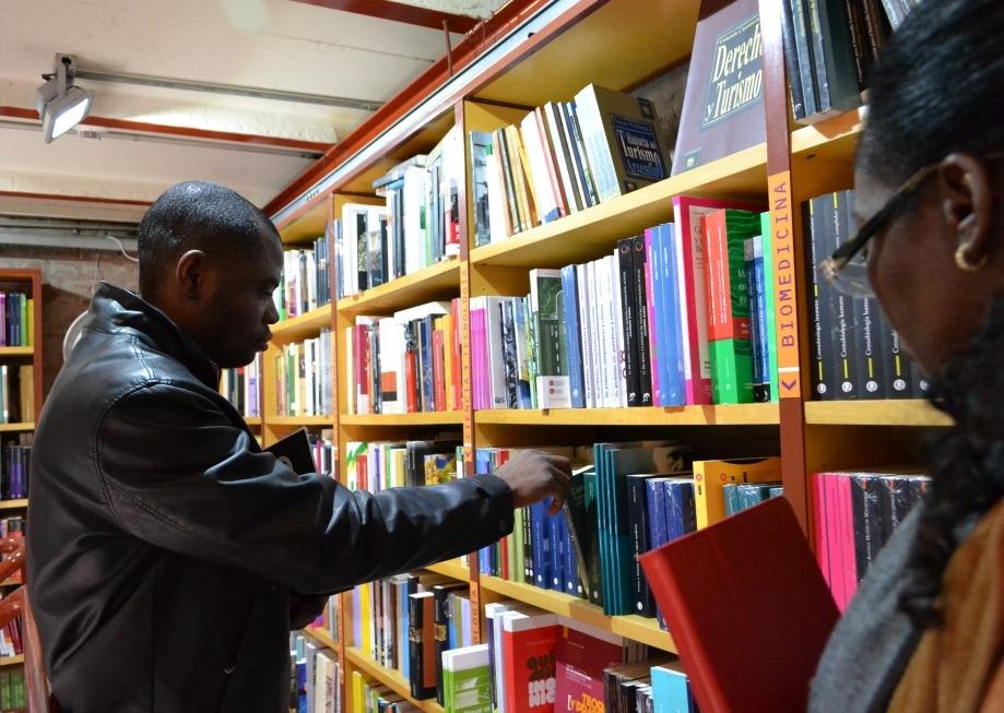 Efigénio Maiamba Maneze en la librería Nota al pie