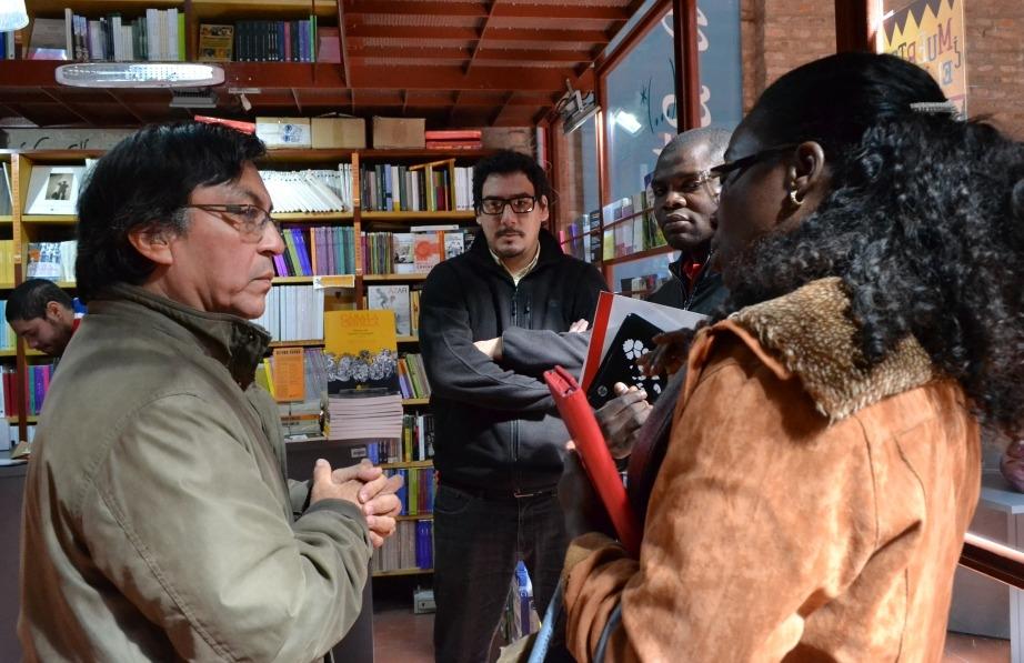 De visita en la librería Nota al pie, con Darío Rey Pineda, su encargado.